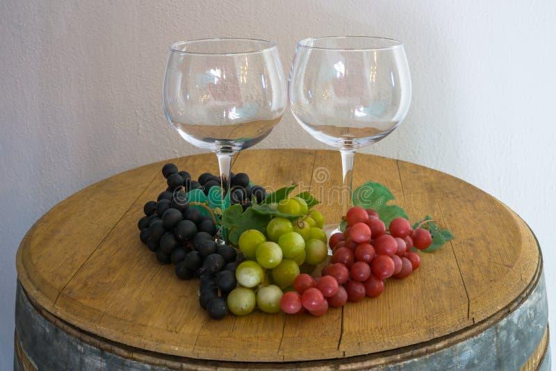 Szkło i winogrona na starej dąb baryłce i obrazy stock