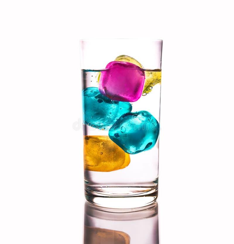 Szkło jasny szkło z wodą mineralną i lodem zdjęcie royalty free