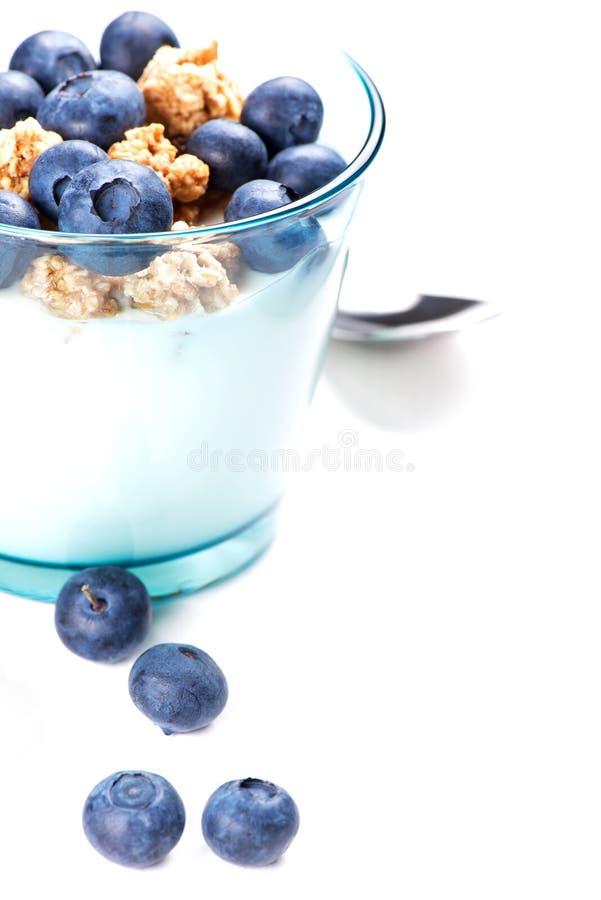 Szkło jogurt z muesli i czarne jagody dla śniadania fotografia stock