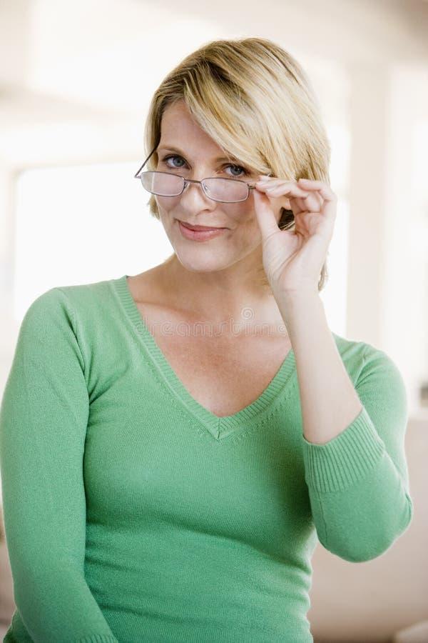 szkło kobieta przyglądająca nowa zdjęcia stock