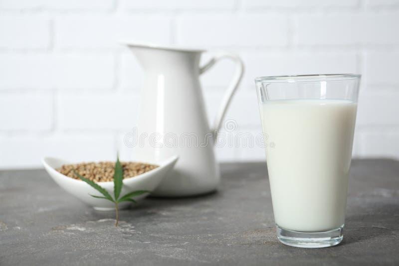 Szkło konopie mleko fotografia royalty free