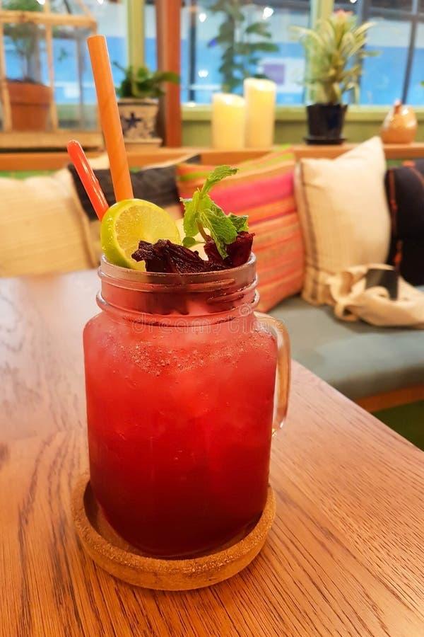 Szkło lukrowy roselle sok mieszał z cytryna sokiem zdjęcie royalty free