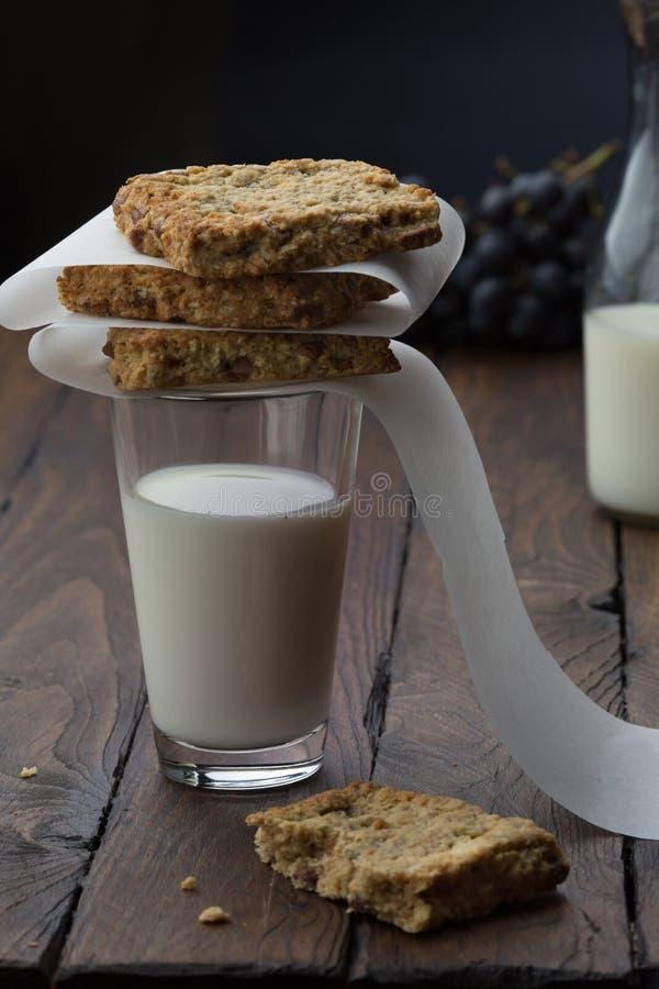 Szkło melk z bisquits na nim zdjęcie royalty free