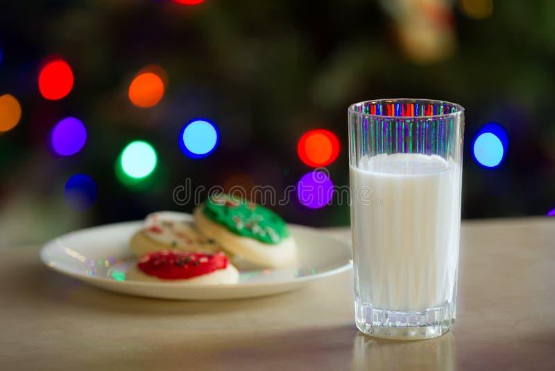Szkło mleko i niektóre ciastka zdjęcia stock