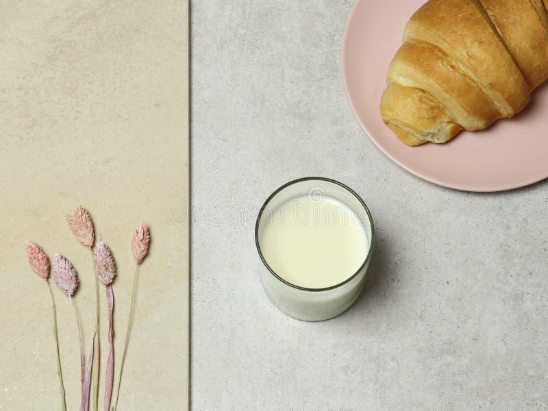 Szkło mleko, tort i bukiet kwiaty na granitowej teksturze, obraz royalty free