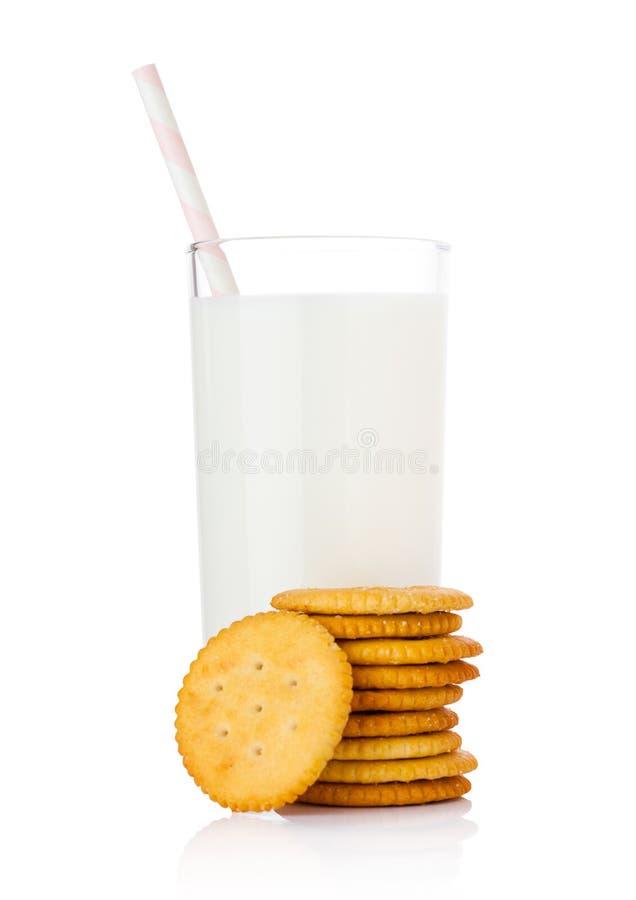 Szkło mleko z round sera krakers na bielu obrazy stock
