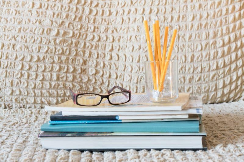 Szkło nauczyciel rezerwuje i stojak z ołówkami na stole Pojęcie nauczyciela ` s dzień kosmos kopii fotografia royalty free