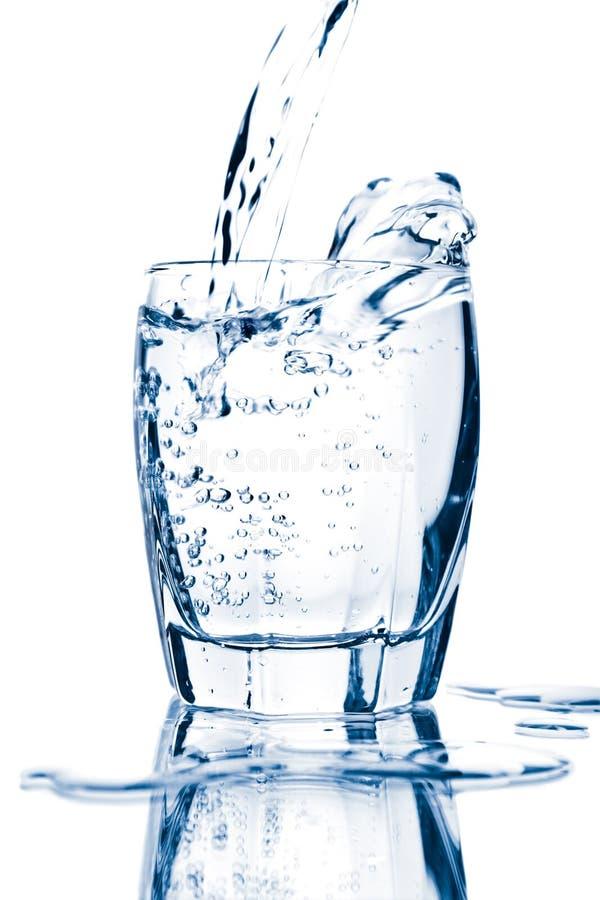 szkło odizolowywająca chełbotania woda obrazy stock