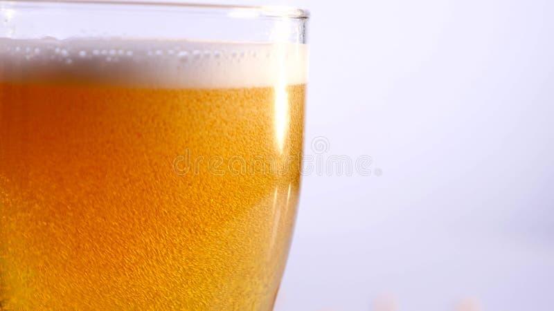 Szkło opróżnia na białym tle piwo z bliska fotografia royalty free
