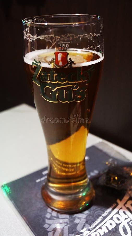 Szkło piwny napoju alkohol jest na stole obrazy stock