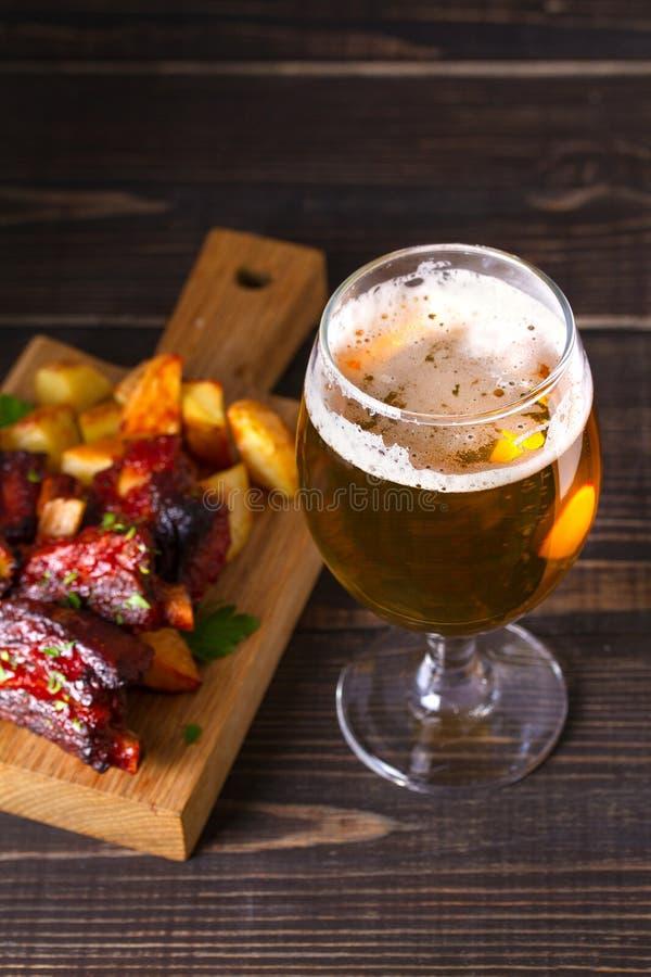 Szkło piwo i piec na grillu wieprzowina dodatkowi ziobro z dłoniakiem, smakowita przekąska piwo Piwny i karmowy pojęcie Ale i mię fotografia stock