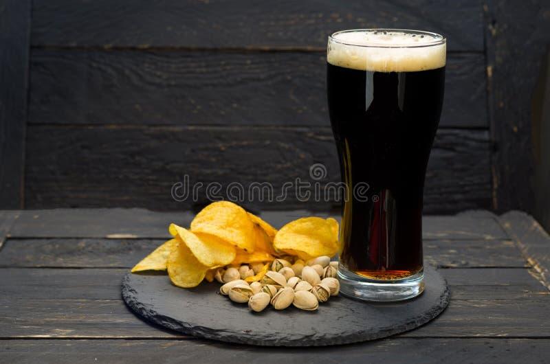 Szkło piwo i różnorodność przekąski fotografia stock