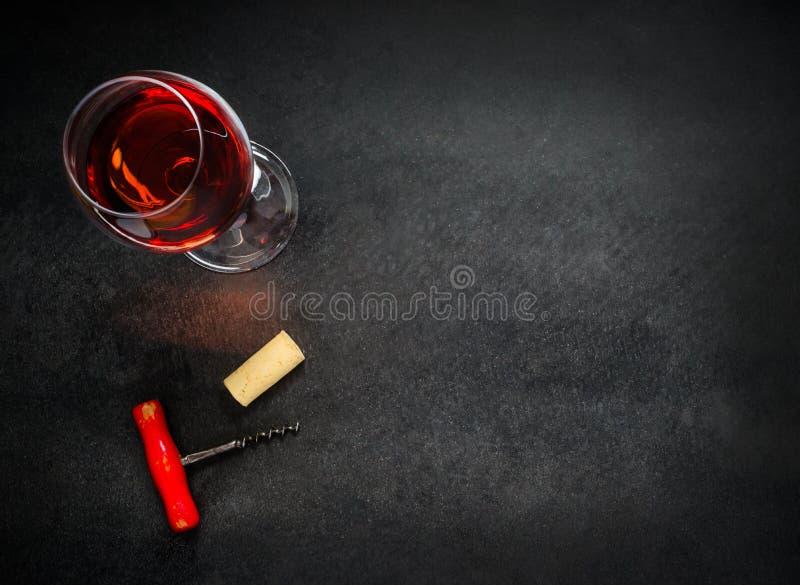 Szkło Różany wino z Corkscrew i Odbitkowym Astronautycznym terenem zdjęcie royalty free
