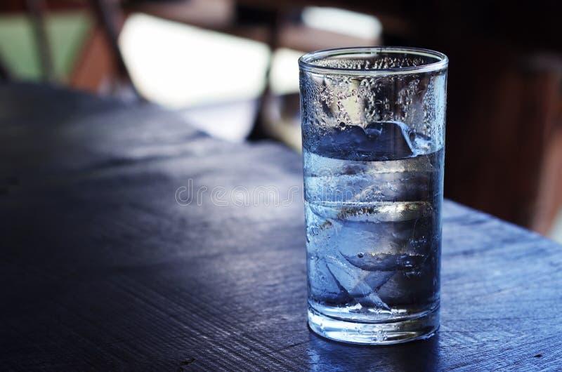 Szkło równiny woda z lodem zdjęcie stock