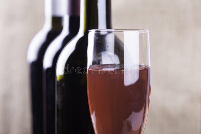 Szkło rosenwine i sylwetek butelek zbliżenie zdjęcie royalty free