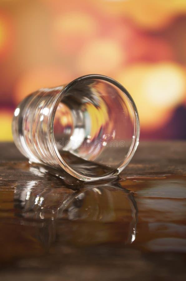 Szkło rumowy whisky nad defocused światłami obrazy royalty free
