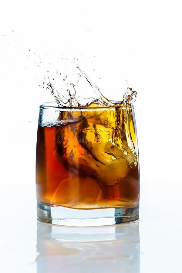 Szkło scotch whisky i lód na białym tle obrazy royalty free