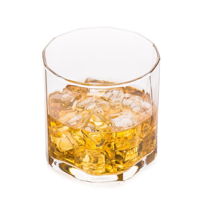 Szkło scotch whisky i lód na białym tle obrazy stock
