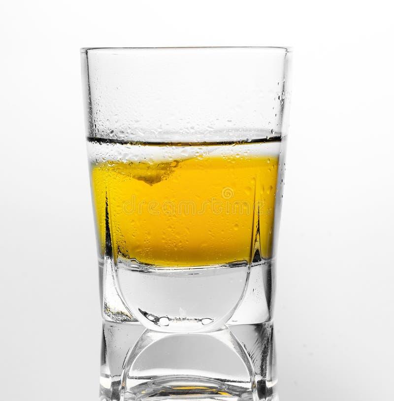 Szkło scotch whisky i lód na białym tle obraz royalty free