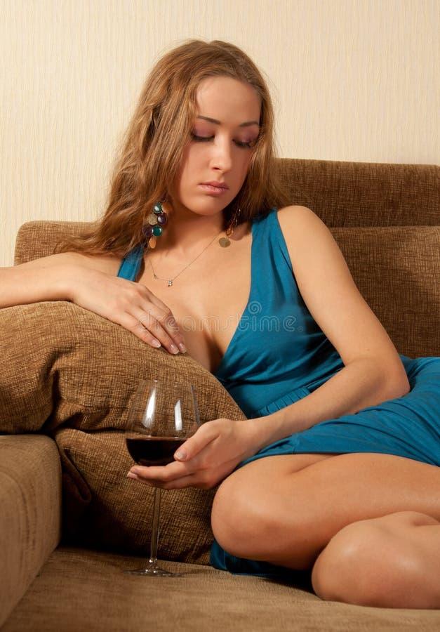 szkło siedzi kanapy wina kobiety potomstwa obrazy stock