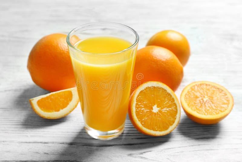 Szkło sok pomarańczowy i świeże owoc obrazy royalty free