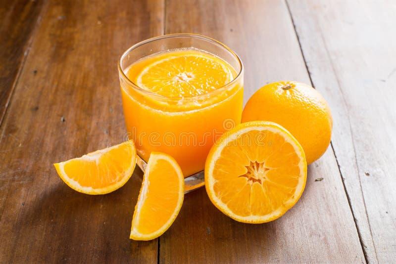 Download Szkło Sok Pomarańczowy Z Plasterkami Na Drewnianym Tle Zdjęcie Stock - Obraz złożonej z kuchnia, dojrzały: 57662162