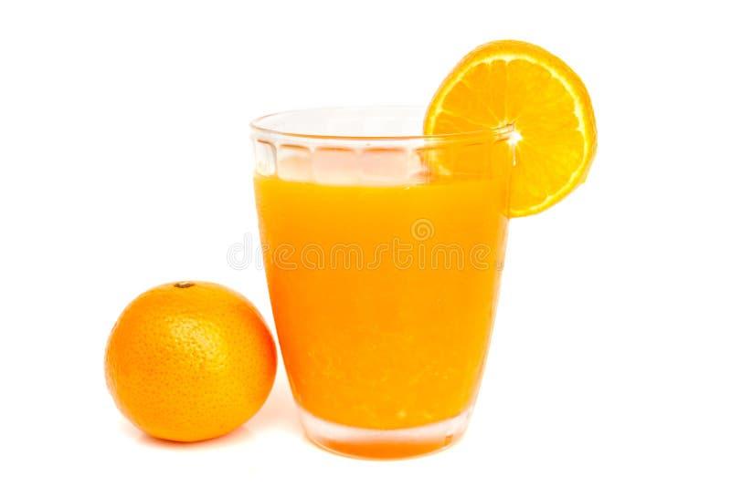 Szkło sok pomarańczowy z plasterkami pomarańczowymi zdjęcia royalty free