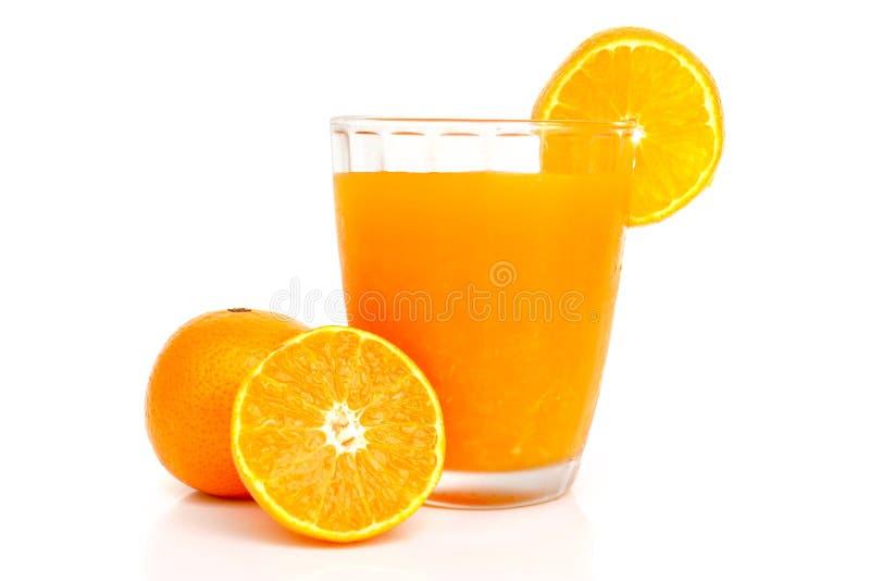 Szkło sok pomarańczowy z plasterkami pomarańczowymi obraz stock
