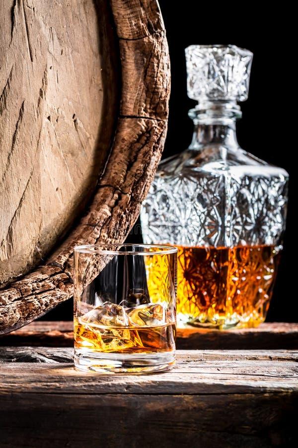 Szkło starzejący się whisky z lodem i karafką obrazy stock