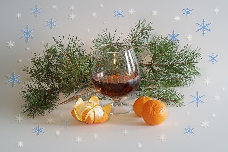 Szkło szampan i tangerine, świerczyny gałąź boże narodzenie nowy rok Świąteczny stół z szkłem wino, tangerines, sosna obraz royalty free