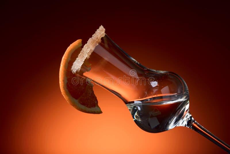 Szkło tequila z pomarańcze, garnirujący z cukierem i cynamonem obraz royalty free