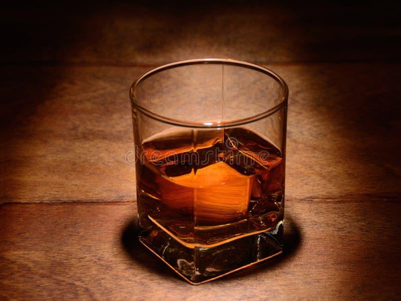 Szkło whisky na drewnianym stole zdjęcie stock