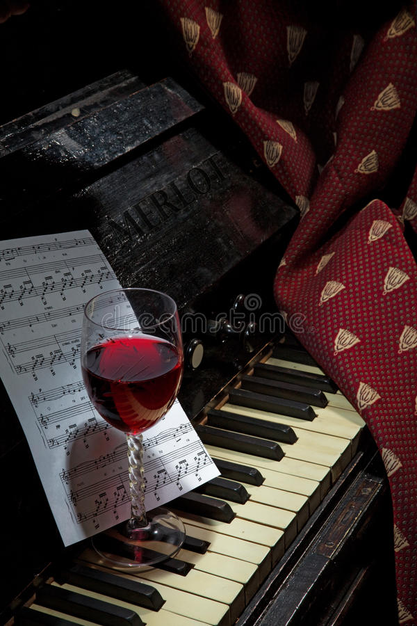 Szkło wino życie na pianinie, wciąż zdjęcia royalty free