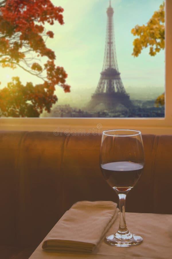 Szkło wino na stole z wieżą eifla w Paryż, Francja obrazy royalty free
