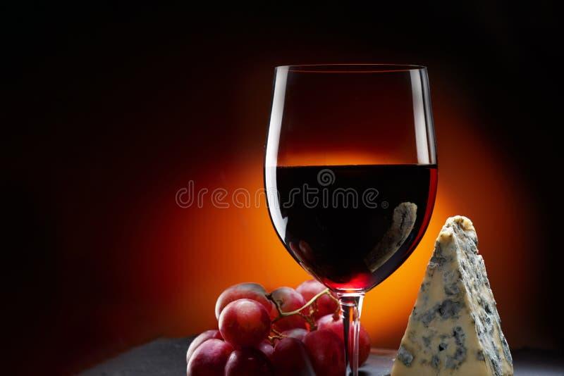 Szkło wino z winogronami i kawałkiem ser z foremką zdjęcie stock