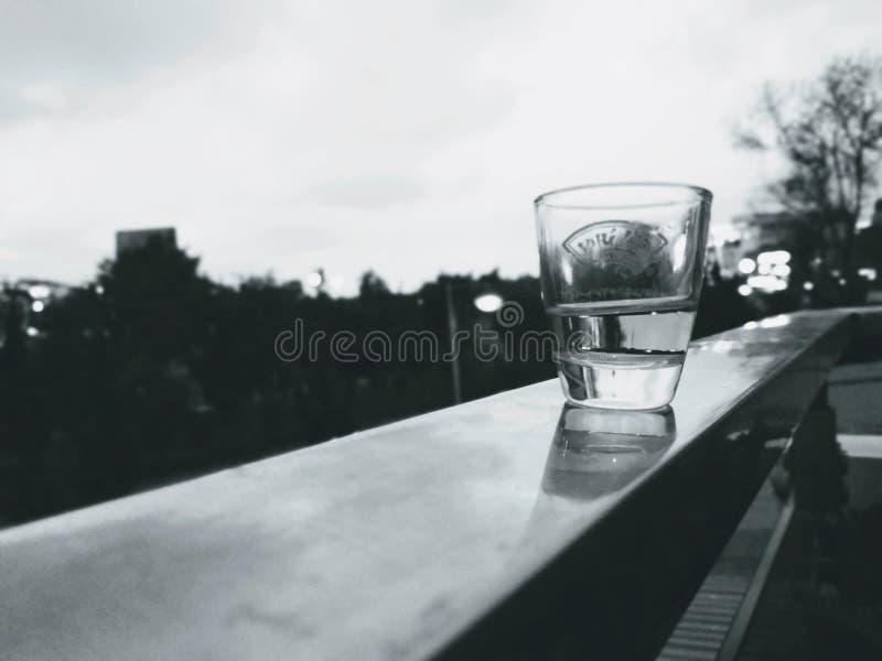 Szkło woda jest na półce, zdjęcia stock