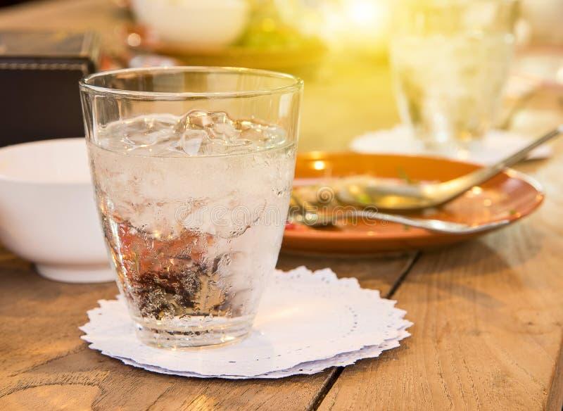 Szkło woda, kabotażowa biel na drewnianym stole zdjęcia royalty free