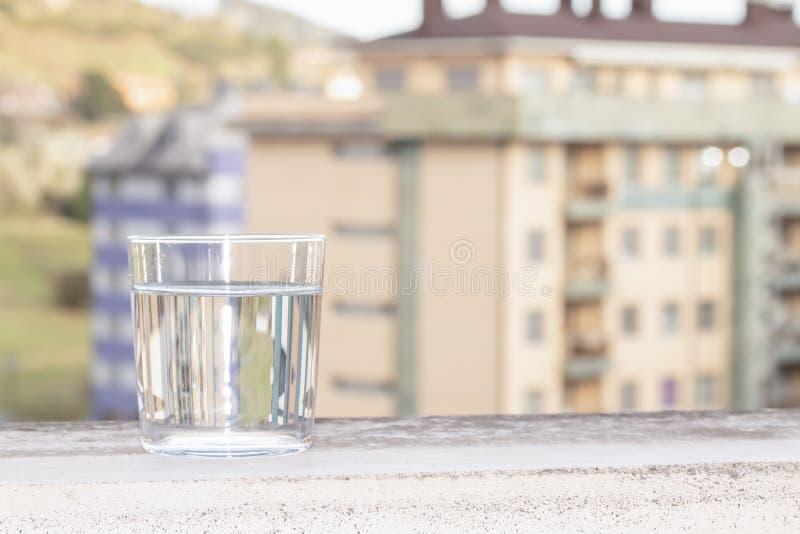 Szkło woda na tle miasto ulica fotografia royalty free