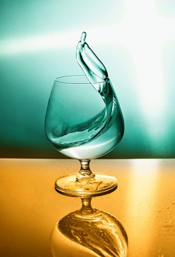 Szkło woda z falą na turkiz pomarańcze tle obrazy royalty free