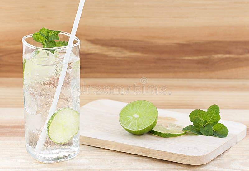 Szkło woda z lodem na stołowym tle obraz stock