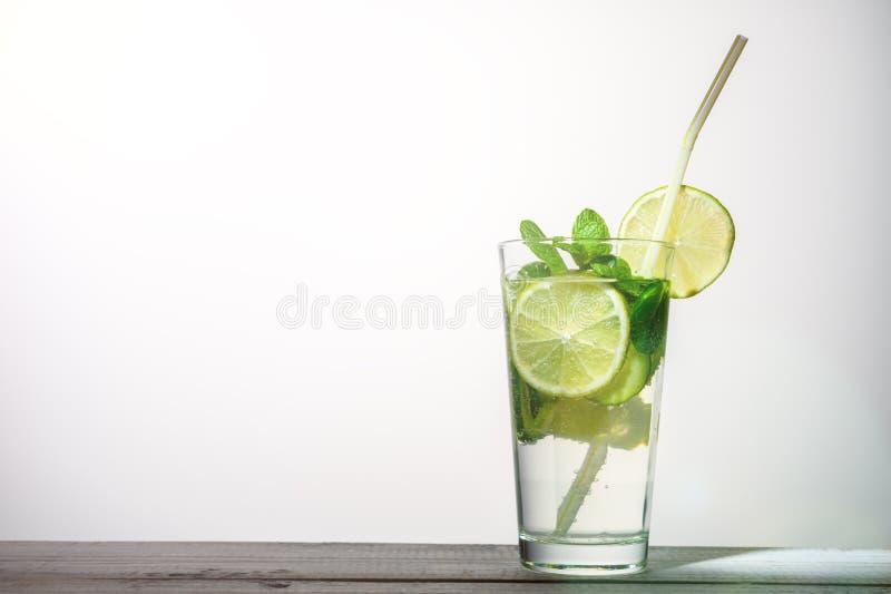 Szkło woda z wapnem, mennica, ogórek na białym tle zdjęcie royalty free