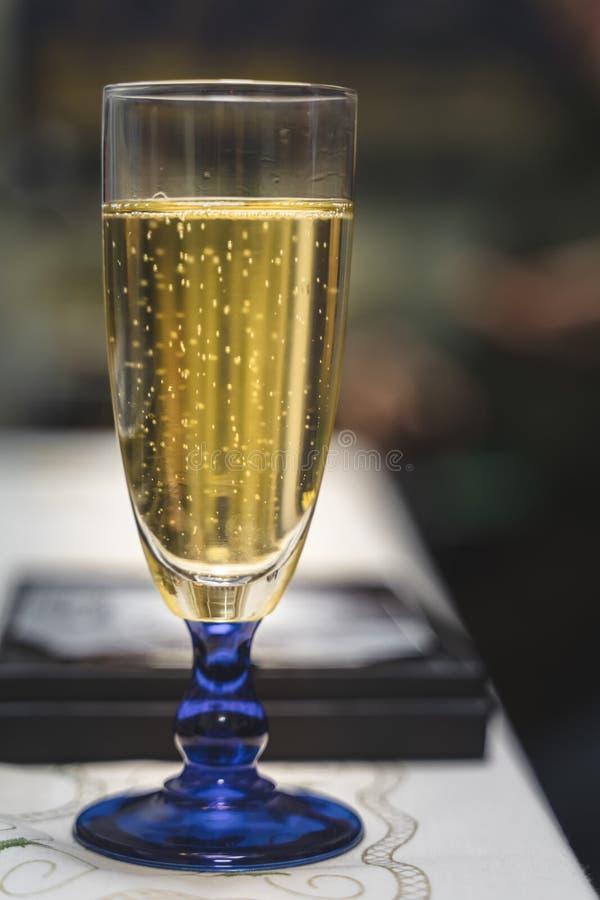 Szkło wypełniał z gulgotać szampana, świąteczni wakacje, boże narodzenia, nowy rok zdjęcie stock