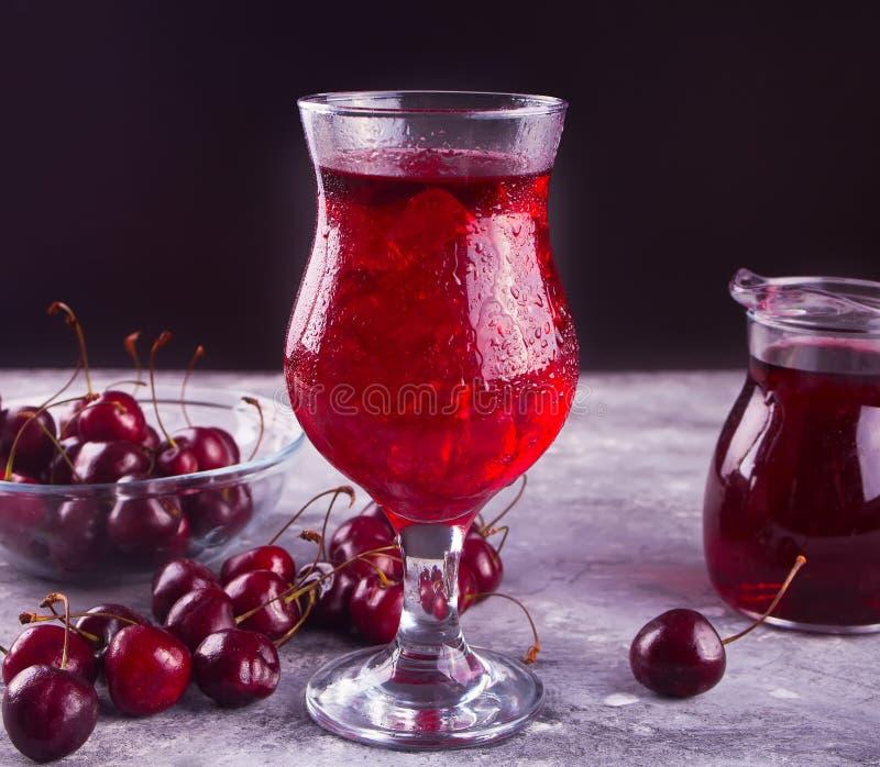 Szkło z świeżym domowej roboty czereśniowym cukierki zamrażał herbaty, wino, koktajl, lemoniada Od?wie?aj?cy zimny nap?j Lata prz obrazy stock