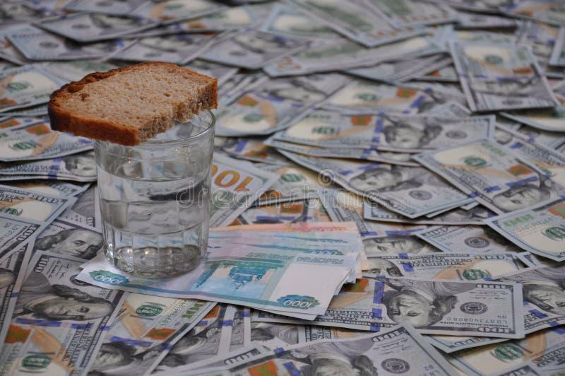 Szkło z chlebem kosztuje mnóstwo pieniądze zdjęcia stock