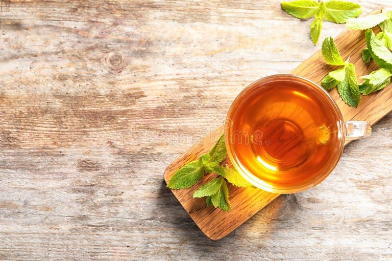 Szkło z gorącą aromatyczną nową herbatą i świeżymi liśćmi zdjęcie royalty free