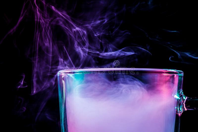 Szkło z kolorowym dymem zdjęcia royalty free