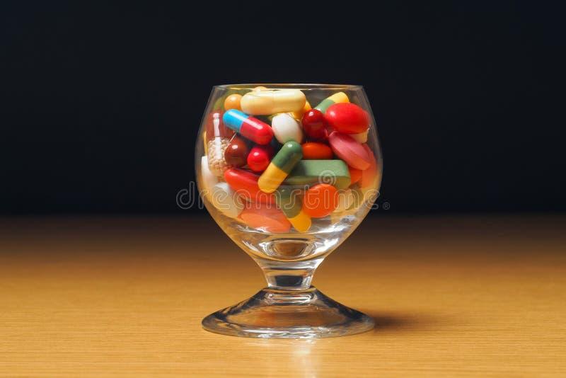 Download Szkło z medycyną obraz stock. Obraz złożonej z kapsuły - 28957135