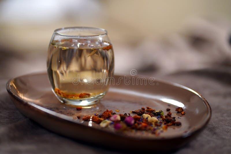 Szkło Z Naturalną Zdrową herbatą obraz royalty free