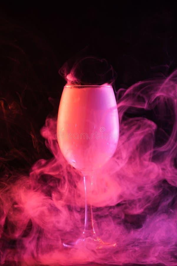 szkło z różowym sprawy duchowe dymem obraz stock