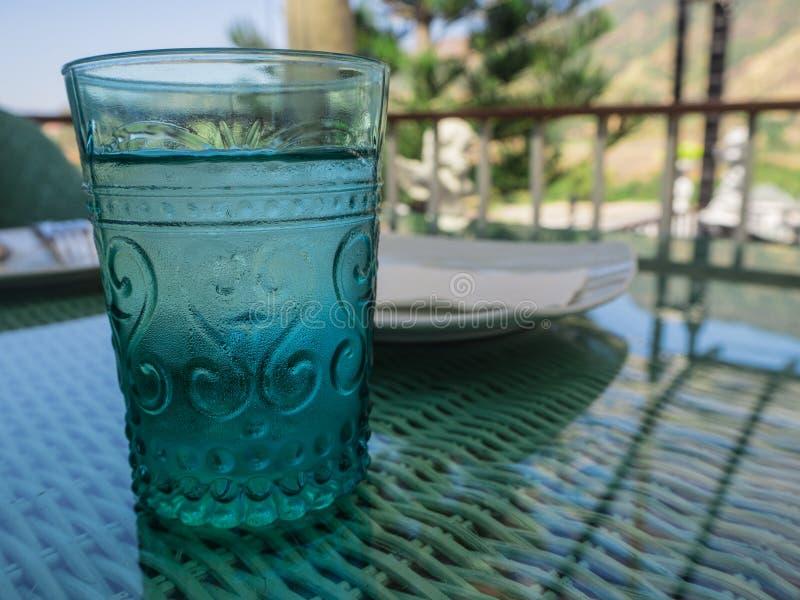 Szkło zimna woda na plamy tle bardzo fotografia stock